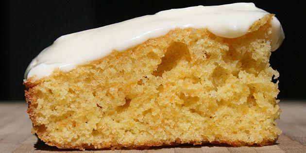Dejlig luftig gulerodskage, der bages i bradepande og overhældes med den lækreste syrlige glasur med flødeost i. Kagen er heldigvis dejligt nem at lave.