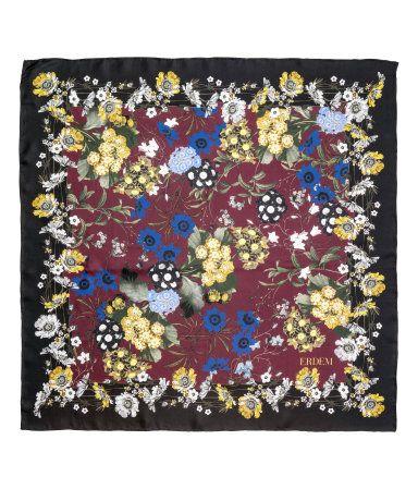 Vinröd/Blommig. ERDEM x H&M. En scarf i siden med tryckt blommönster. Storlek 79x79 cm.