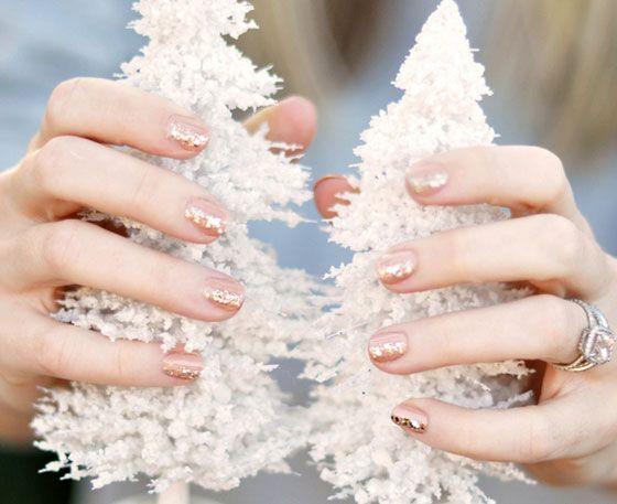 Karácsonyi körmök - Egyszerű, mégis nagyon szép a csillámokkal díszített natúr köröm.