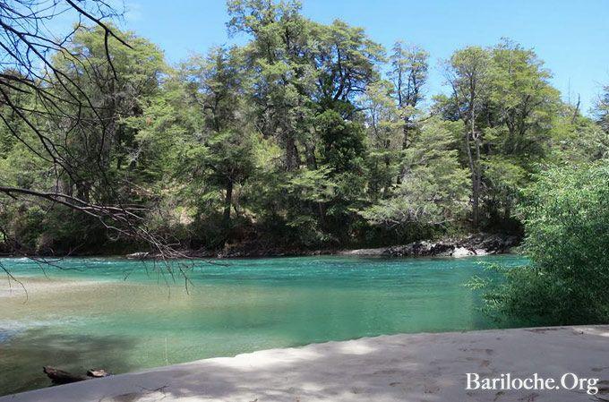 Buen día!! Lindo Jueves de (casi) Verano en Bariloche...  La máxima para hoy puede alcanzar los 27°. No va a quedar otra que pasar el día en esta linda playita   ¿Conoces el nombre de este río turquesa que nace en las laderas de cerro Tronador y desemboca en el océano pacifico?