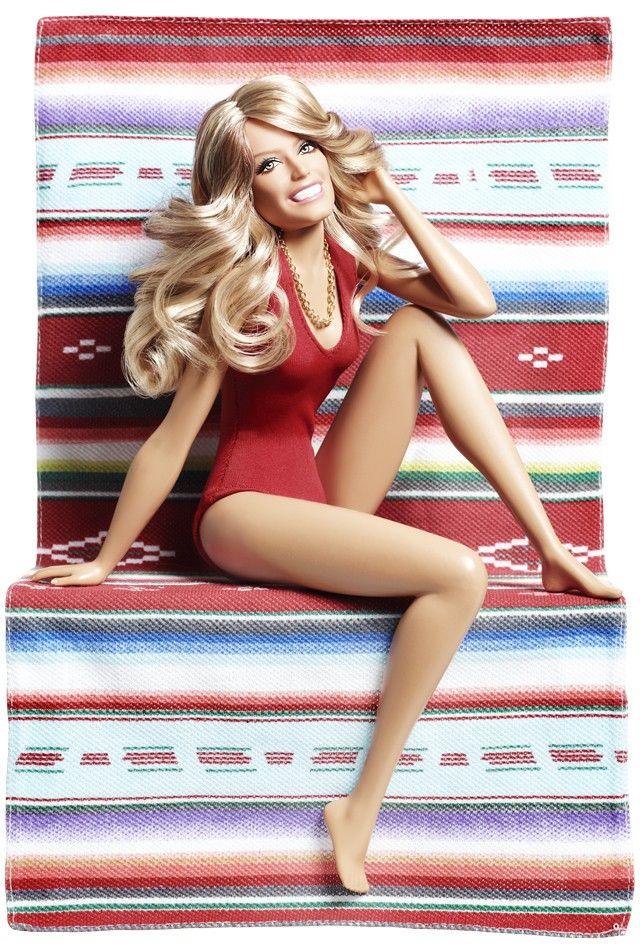 Boneca Barbie Farrah Fawcett chega às lojas e reproduz a pose clássica da eterna…