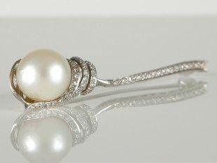 117 Brosche Silber, Diamanten und Perle. L 6,5 cm.