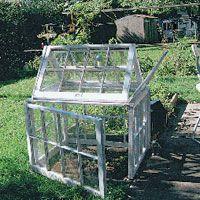 Litet fönsterväxthus.