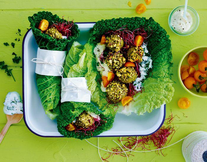 Grøn falafelwrap er en helt ny, nem og lækker vegetarret Prøv denne lidt sundere version af falafel med dampet savoykål, fyldt med smag og smuk power!