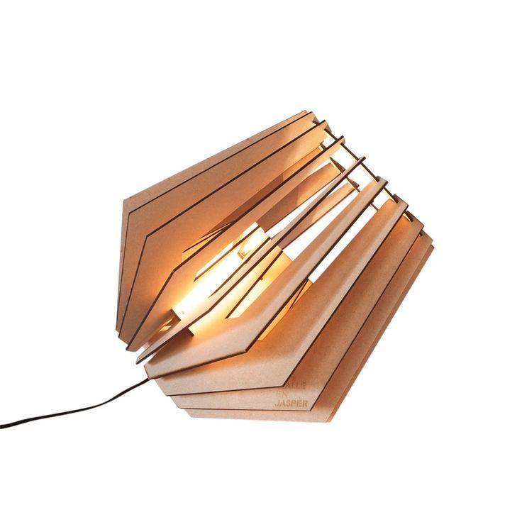Als je een bijzondere lamp in huis wilt halen, dan zit je met een lamp van Van Tjalle en Jasper goed! Deze doe-het-zelf lamp geeft een mooi sfeervol licht.