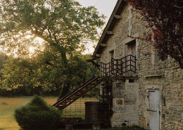 Chalet d'autore In Dordogna, non lontano da Bordeaux, Francia, la casa di André Dubreuil, artista-artigiano del metallo, che ha scelto di abitare un vecchio fienile. Un rustico tutto di pietra e legno rimesso a nuovo dall'architetto Pierre Chrétien. A contrasto con l'aspetto rurale delle mura…