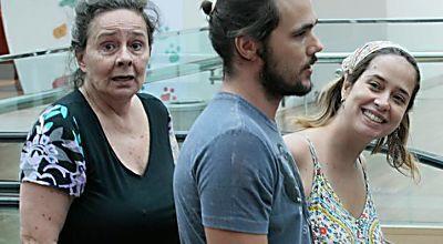 Grávida? Paloma Duarte passeia com a mãe e o eleito e exibe barriguinha saliente