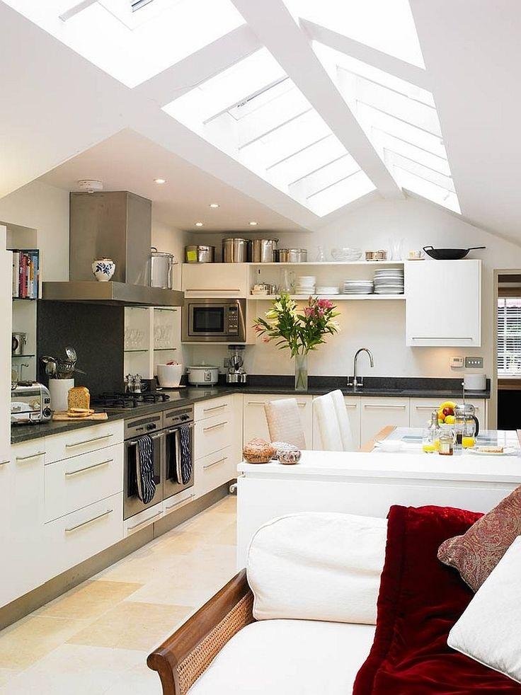 Сводчатый потолок кухни идеально подходит для применения мансардных окон. .
