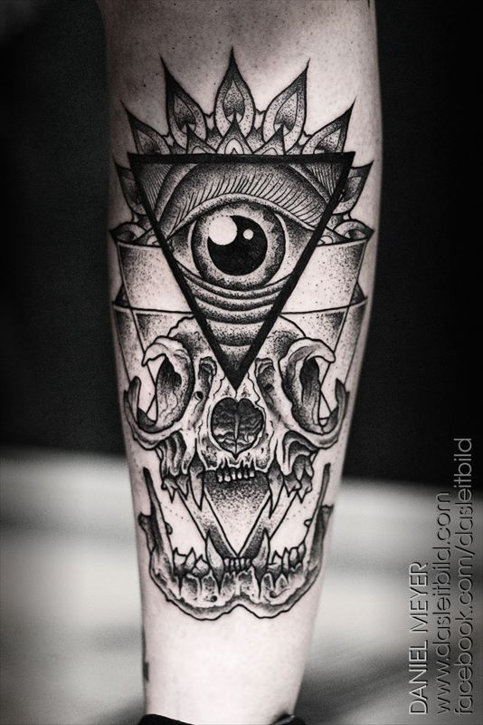A-human-eye-encased-in-a-triangle-and-sacred-geometry-sits-above-a-grinning-animal-skull-in-this-tattoo-by-Daniel-Meyer.jpg (534×800)