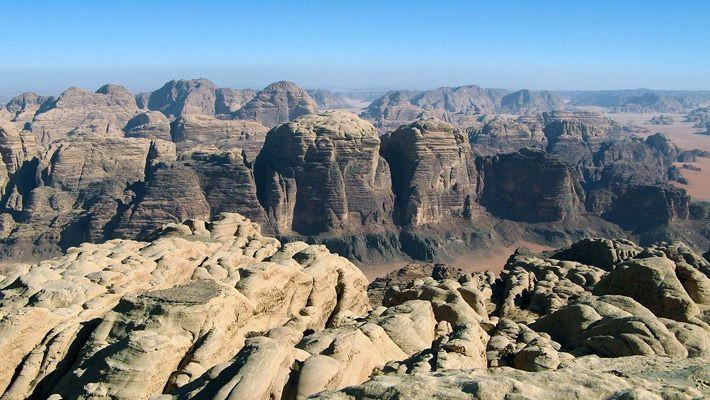 Canionul Wadi Rum (Iordania)  20 de poze deosebite cu canioane, adevarate sculpturi ale naturii - galerie foto.  Vezi mai multe poze pe www.ghiduri-turistice.info  Sursa : www.wikimedia.org
