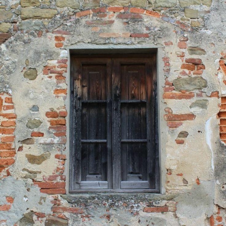 So many beautiful walls and windows in Tuscany.  #startthedaywithsomethingbeautiful