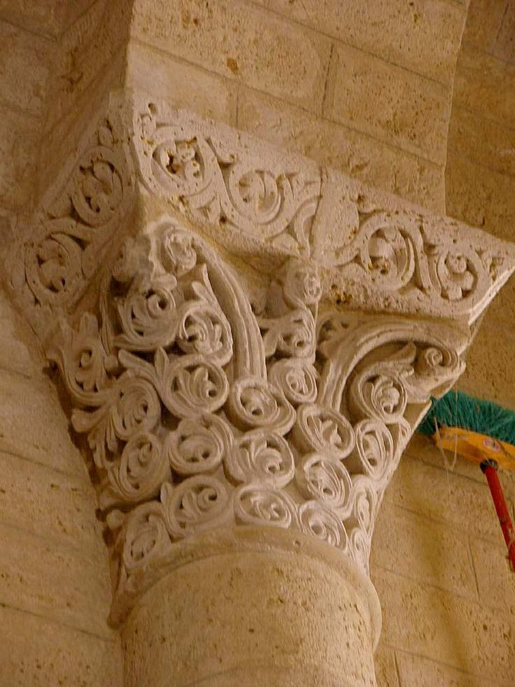 Capital of corinthian form with byzantine decoration and