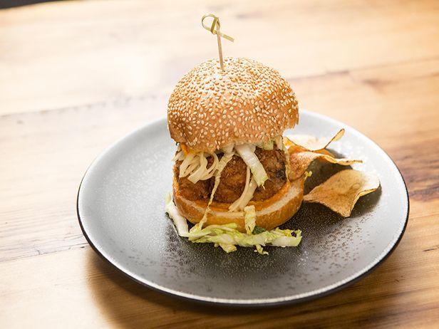 Esse hamburguer de frango frito além de lindo, é delicioso. Chef: Bobby Flay