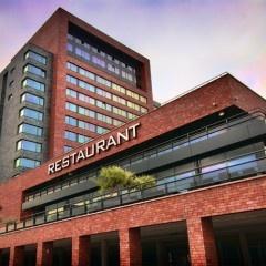 Prachtig centraal gelegen tussen Rotterdam en Breda vindt u het moderne en luxueuze Van der Valk Hotel Dordrecht. Smaakvol ingerichte kamers & suites, sfeervolle restaurant- en barfaciliteiten en het wellnesscentre met panoramisch uitzicht op de 14e verdieping.