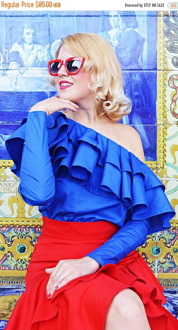 Royal blue cotton top that embodies the Andalusian feeling and the brand new collection - ANDALUSIA. Comfortable, fun and stylish, this blue blouse is made of the finest cotton, being extremely soft, light and great to wear even in the hottest summer days! The playful and so electric ruffles add a vibrant touch to this must-have piece! *new top from the fresh ANDALUSIA collection  Care instructions: Wash at 30 degrees  The model in the picture is size S.  Can be made in ALL SIZES.  If you…