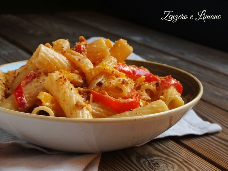 Questa pasta ai peperoni è un un piatto vegetariano caratterizzato da un sugo cremoso e croccante al tempo stesso. Una ricetta semplice e stuzzicante.