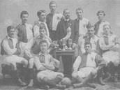 Rok 1903. Do Slavie přichází kanonýr Jan Košek, první český fotbalista jehož