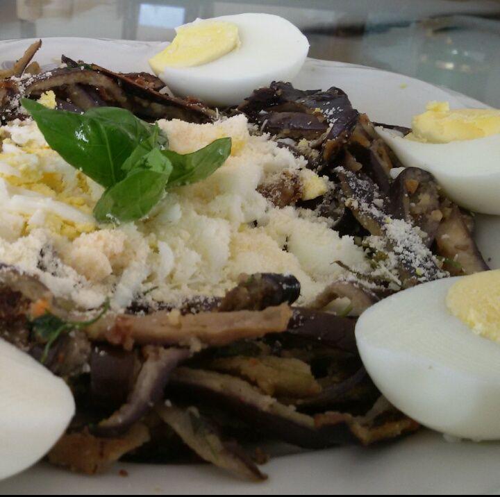 Barchette di melanzane croccanti con polvere d'uovo e pecorino - di Marcarm #fuudly #ricette
