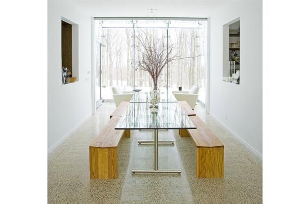 Estilo net: una mesa de cristal con base de metal y dos bancos simples de madera equipan este comedor apto para reuniones de amigos.  /Design-milk.com