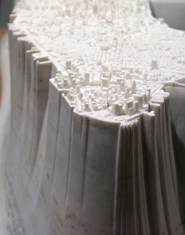 Yutaka Sone et son impressionnante sculpture de Manhattan. L'architecte, artiste et sculpteur, a réalisé une réplique en marbre de Manhattan à l'aide de photographies et de Google Earth.