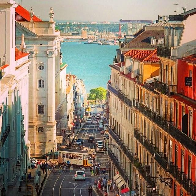 Esta lindíssima Lisboa que amamos, a encantadora Lisboa antiga, Rua da…