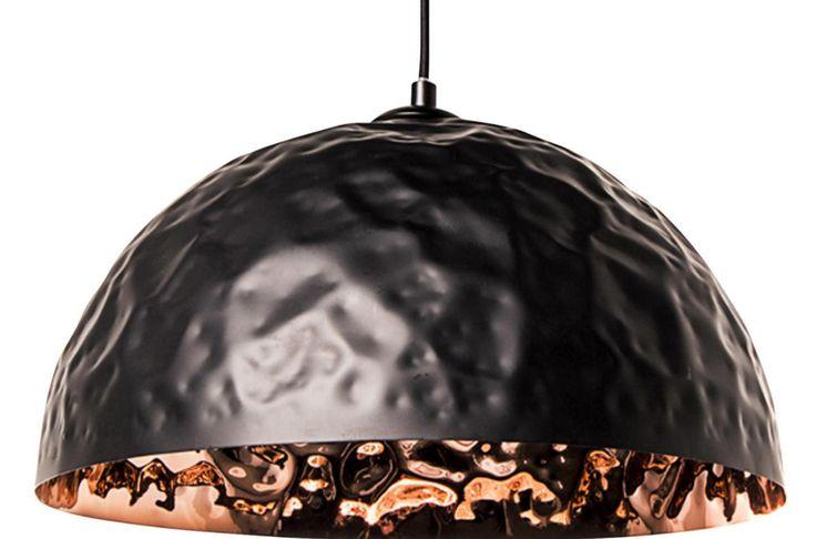 Hanglamp Chloé zwart XL - Deze lamp heeft een handgeklopte kap in mat zwart met koperkleurige binnenkant en geeft je interieur een industriële maar luxe uitstraling
