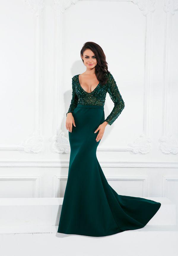 Zielona, pięknie zdobiona, dopasowana do sylwetki. Kreacja idealna na bal sylwestrowy od Corizzi.