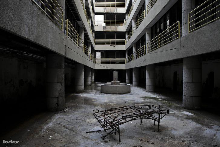 Bejártuk a XV. kerületben a Vörös Hadsereg 25 éve üresen álló kórházát. Posztapokaliptikus környezetet, bontatlan ampullákat, cirill betűs beteglapokat találtunk. Hamarosan kínai gyógyközpontnak kéne itt állnia, de ennek nyomai sincsenek.