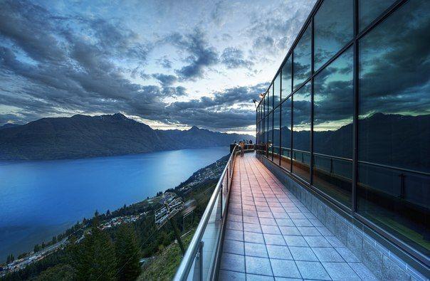 Вид на озеро Wakatipu с балкона ресторана Skyline Квинстаун, Новая Зеландия