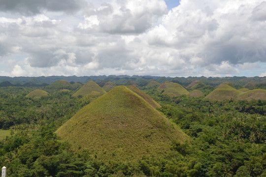Die Chocolate Hills auf den Philippinen. Die Hügel sind leider nicht wirklich aus Schokolade. In der Trockenzeit, wenn das Gras auf ihnen braun wird, sehen die kegelförmigen Hügel aber aus wie Schokoküsse.