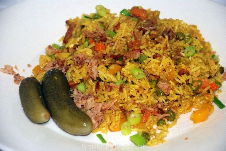 Ik maak deze gebakken gele rijst vaak met de groenten die ik op dat moment heb liggen in de groentelade, en die op moeten. Het is een heerlijk gerecht!