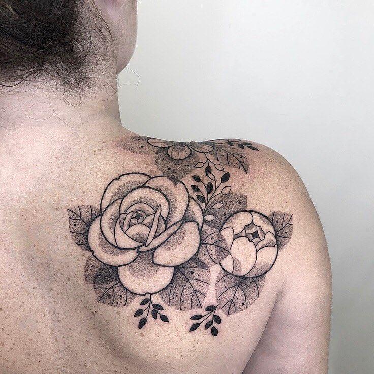 Tatuagem Criada Por Sarah Azalini Clique Para Conhecer O Trabalho Dessa Tatuadora Flores No Ombro Tatuagem Tatuagem Arte Tattoo Studio