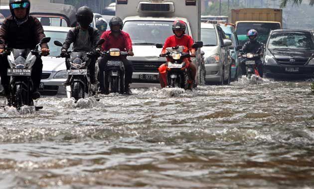 Pada pukul 16.00 WIB senin kemaren (09/02/2015) telah tercatat ada sebanyak 93 titik banjir yang ada di daerah DKI Jakarta. Sementara itu untuk jakarta pusat terdapat ada sebanyak 35 titik. Jakarta barat sebanyak 28 titik dan masih banyak lagi yang lainnya, sedangkan untuk jakarta utara sebanyak 17 titik. Berbagai titik banjir yang kini diakibatkan karena adanya hujan yang lebat dalam di kawasan jakarta. Curah hujan yang hingga 177 mm dalam perharinya. Sehingga hal ini menjadi pemicu banjir…