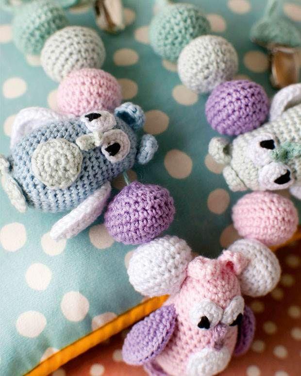 Hæklet barnevognskæde med små fine ugler - babys første legetøj.