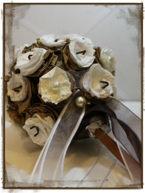 Bouquet portafedi in carta da pacco e carta velina
