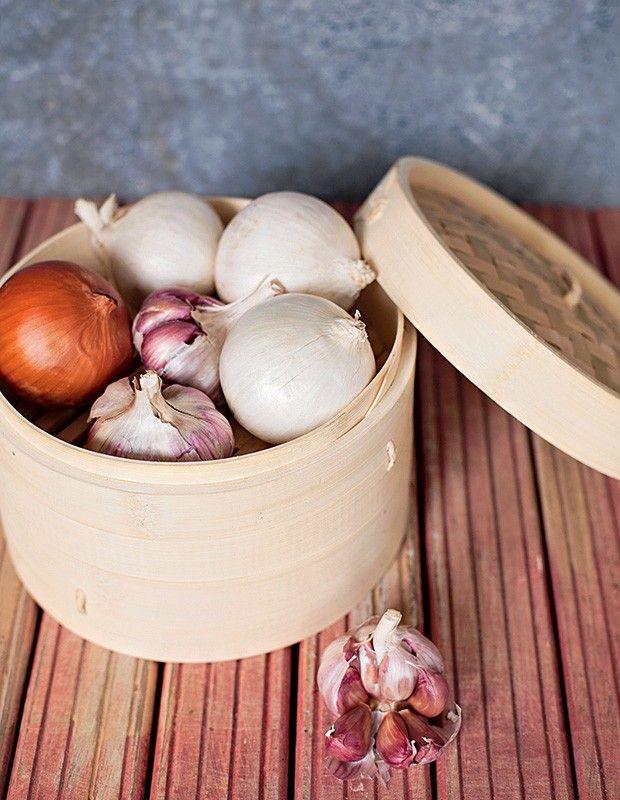 14 ideias para uma cozinha organizadaPanelas de bambu para cozimento a vapor são ótimas para armazenar – sem abafar – cebolas e alhos. Panela Tenman-Ya