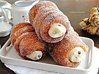 I piccoli cornetti o mini croissant sono tra gli stuzzichini di pasta sfoglia più facili e sfiziosi. Serviteli ad un aperitivo informale con i vostri amici!