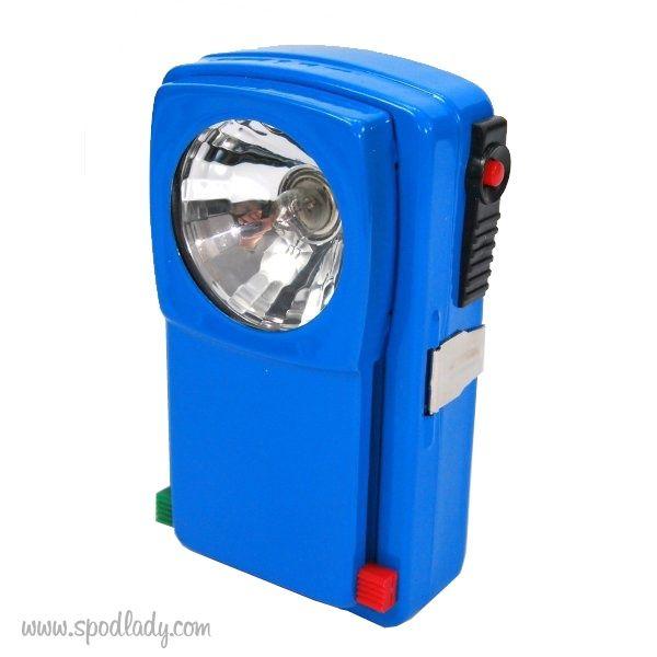 OPIS PRODUKTU Latarka nazywana r�wnież sygnalizacyjną lub kolejarską. Wyprodukowana w Niemczech z nieco grubszego metalu niż te produkowane swego czasu latarki krajowe.�Latarki dostępne w kolorze niebieskim. Dwie przesłony czerwona i zielona zapewniają dodatkowe efekty świetlne. Latarka posiada zaczep mocujący oraz przełącznik na kr�tkie impulsy świetlne co może służyć do sygnalizacji alfabetem Morse'a. Waga: 135 g Działa na baterie 3R12! Żar�wka: ...