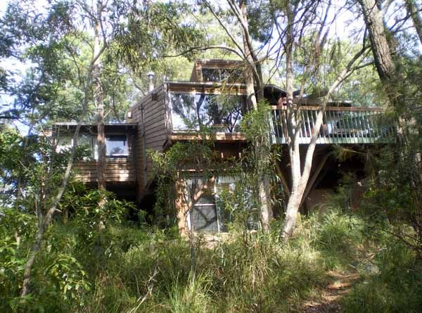Gunyah is a split-level building located in a bushland setting overlooking the waterways of Port Stephens, an idyllic retreat to produce artwork or pursue creative research. Gunyah is an Aboriginal word meaning resting place or place of shelter.