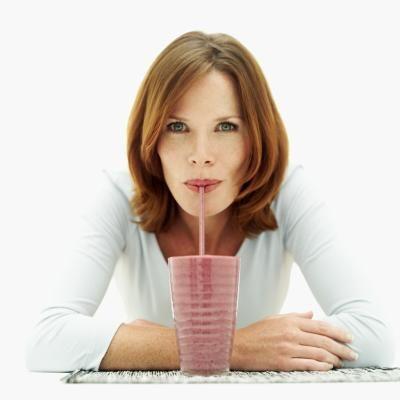 Cómo perder peso con batidos de proteína de suero | eHow en Español
