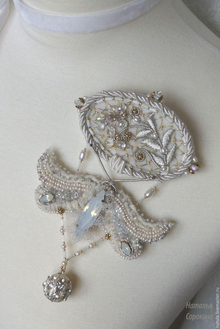 Купить Жемчужно опаловая брошь-подвеска с цветами и бабочкой. - белый, брошь винтажная, брошь цветок