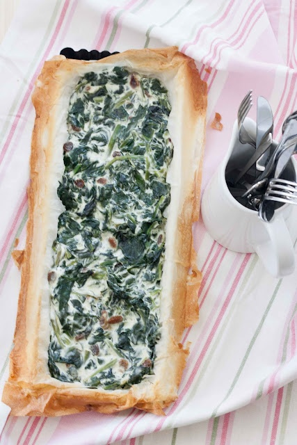 Spinach pie. Quick, crunchy and delicious.