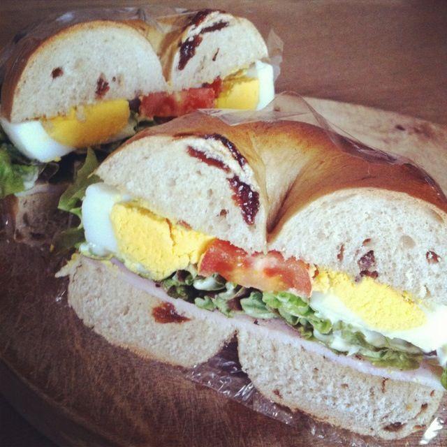 おはようお弁当。今日はシナモンレーズンベーグルでサンド! - 4件のもぐもぐ - ゆで卵、アンチョビ、ロースハム、プチトマト、サニーレタス by Hitomi FURUKAWA