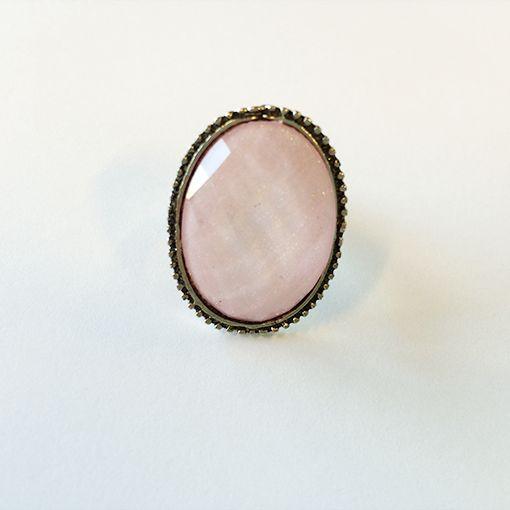 GYND heeft een kleine collectie ringen om de aandacht nog meer op je handen & nagels te vestigen!   Dit is een roze vintage ring en kost € 3,95.