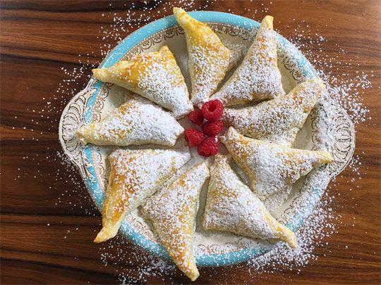 Fare colazione o merenda con i fagotti di pasta sfoglia nutella e banane è un lusso che ci possiamo concedere in un giorno di vacanza.