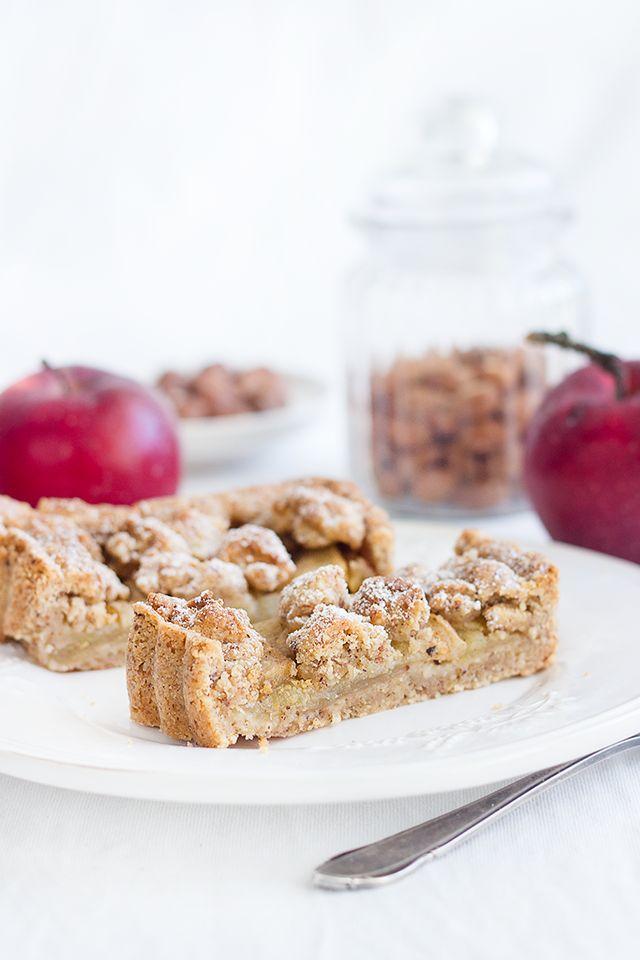 Apfel-Haselnuss-Tarte, bestehend aus einer Apfel-Gewürz-Mischung mit Vanille und Zimt und einem Nuss-Mürbeteig sowie Streuseln - ohne Creme oder sonstiges, trotzdem gut! - http://www.maraswunderland.de/apfel-haselnuss-tarte/