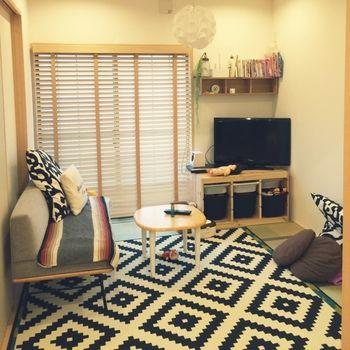 unicoのソファにIKEAのラグを合わせた北欧MIXの和室。ウッドブラインドもすっきり感に貢献していますね。