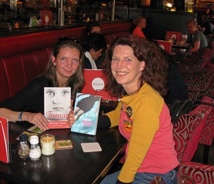 Leuk, twee Hengelose debutanten komen gezellig samen en ze ruilen elkaars boek. Rechts Monique Hoolt (debuutroman Tamar) en links Mariska Overman (debuut Hoofdzaak). #tamar #moniquehoolt #roman #oorlogsroman #futurouitgeves