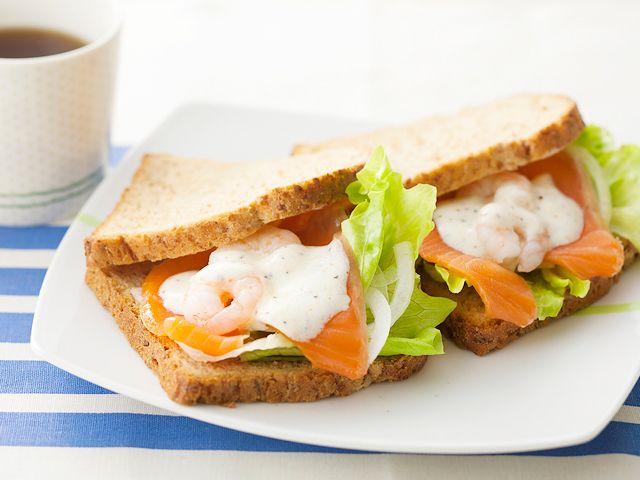 サーモンとえびのサンドイッチ〜ペッパーヨーグルトソース | S エスビー食品株式会社