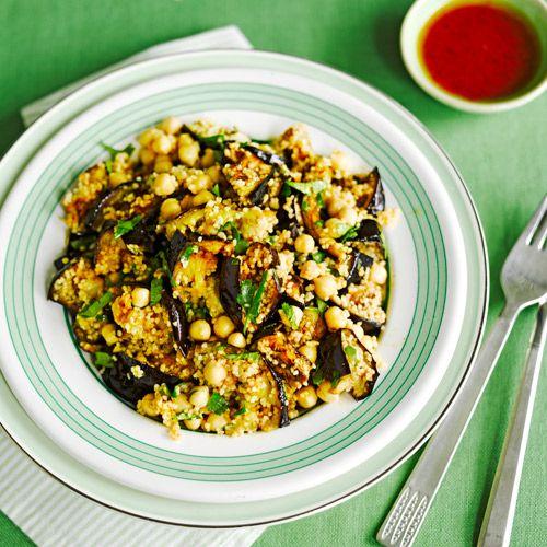 Aubergine-kikkererwten salade recept - Jamie magazine. Nodig : 1 aubergine in plakken,1/2 tl ras-el-hanout,peper en zout,iets olie,meng dit en gril de plakken,laat 50 gr couscous wellen en schep dit door de aubergines met 400 gr kikkererwten,sap van 1/2 citroen,1 tl paprikapoeder,1/2 tl komijn,strooi er gehakte koriander over.